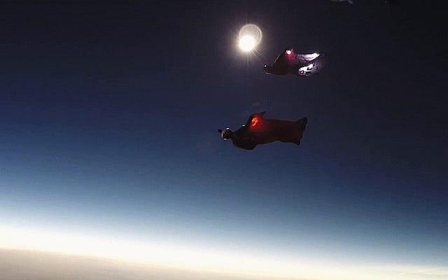 Ce saut en Wingsuit pendant l'éclipse solaire est tout simplement incroyable