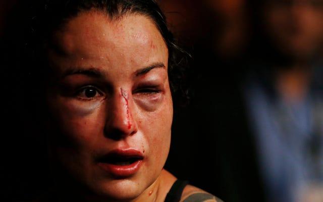 Petarung UFC Ditekan Dengan Sudut Ke Dalam Menyerap Satu Putaran Hukuman Brutal Dan Tak Berarti