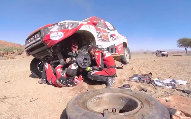 Voici Fernando Alonso, double champion du monde de F1, en train de réparer sa propre voiture de course cassée
