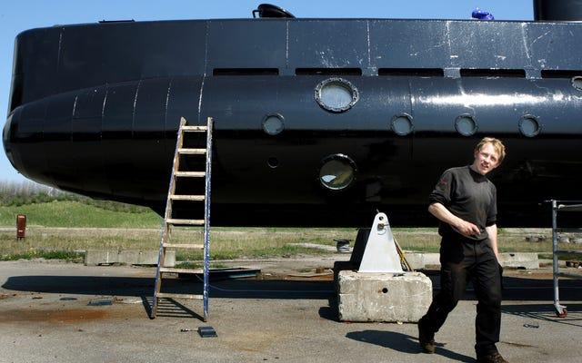 警察は秘密のカメラを探し、ジャーナリストが亡くなった潜水艦の第三者について話します
