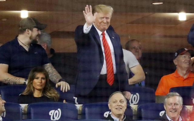 Donald Trump rzadko pojawia się publicznie na World Series, zostaje wbity przez `` zamknij go '', `` Impeach him '' śpiewa o jego problemach