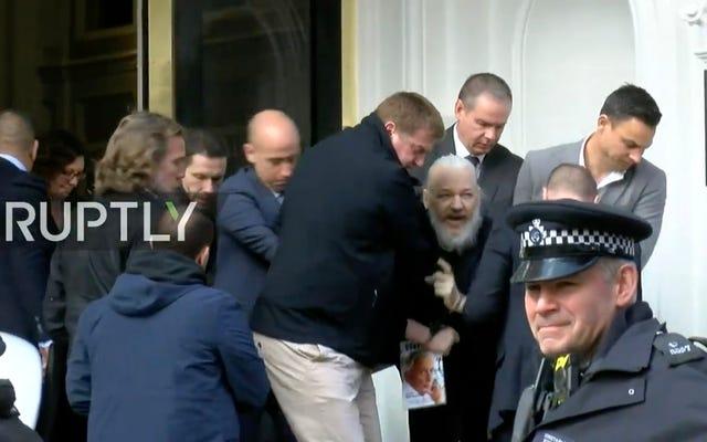 Julian Assange trascinato fuori dall'ambasciata ecuadoriana e arrestato dalla polizia britannica