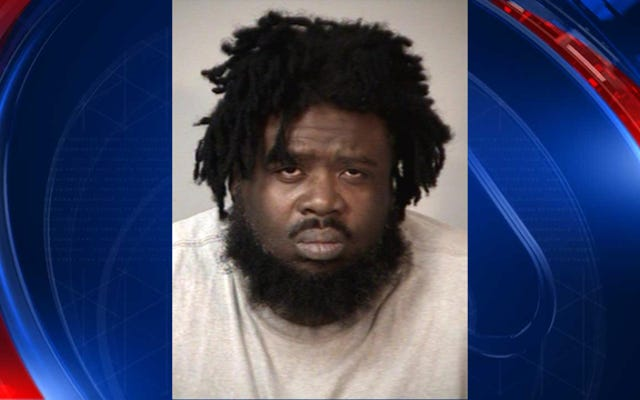 L'uomo accusato di aver tenuto prigionieri la sua ragazza e i suoi 2 bambini per almeno 2 anni è stato accusato di sequestro di persona
