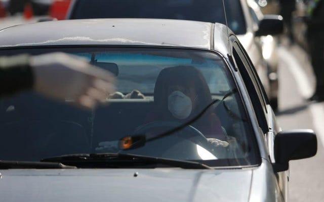 Więcej dowodów na to, że COVID-19 w jakiś sposób czyni nas złymi kierowcami