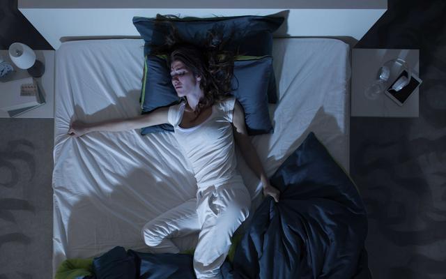 これはひどい睡眠麻痺がどのように機能するかです:あなたの体の前に脳が目覚めるとき