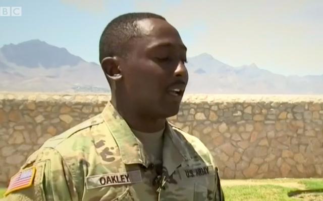 エルパソでの銃撃中に子供たちを救ったことで、陸軍兵士がヒーローと呼ばれています。彼はただ起こったことを忘れたいだけです