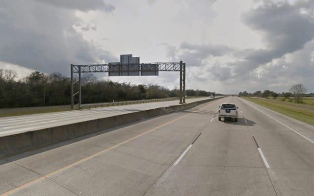 До и после: ураган Харви превращает главную автомагистраль Хьюстона в океан