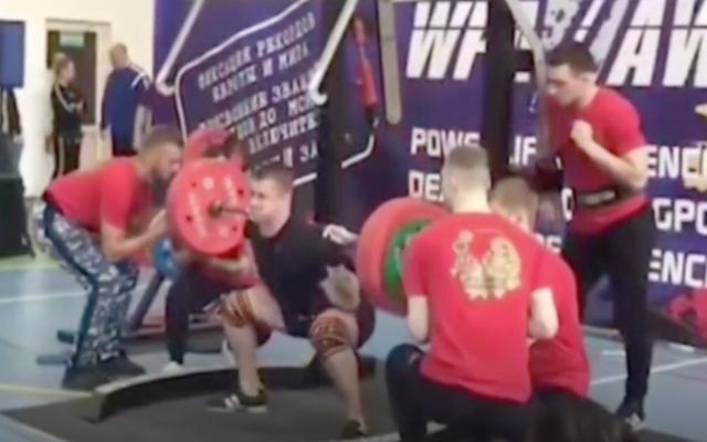 ロシアの重量挙げ選手の下肢の骨は、運命の悪い250キログラムのスクワット中にKerblooeyに行きます