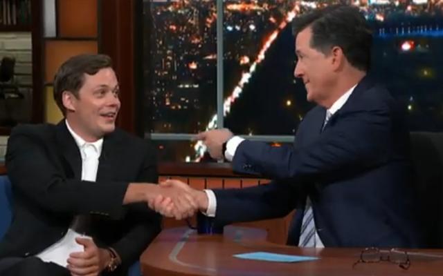 Bill Skarsgård insegna a Stephen Colbert il sorriso Pennywise, è solo un po 'terrificante