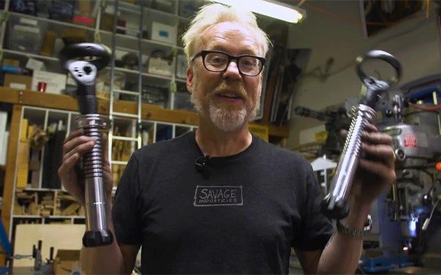 Адам Сэвидж создал пару контроллеров световых мечей, чтобы сделать Beatsaber VR более реалистичным