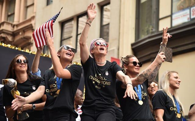 米国女子サッカーチームのチャンツ「同一賃金!」ティッカーテープパレード中