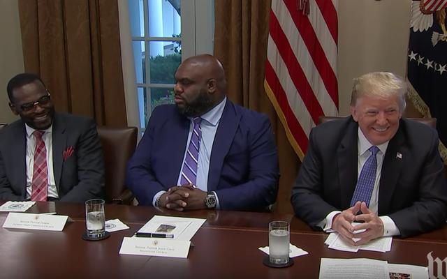 Bằng cách nào đó, Donald Trump tiếp tục tìm kiếm các nhóm người da đen trong nhà thờ khát khao, không biết xấu hổ và ngớ ngẩn để gặp gỡ với anh ta