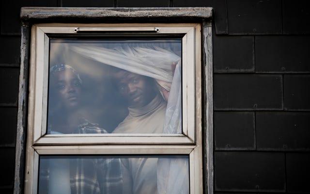 Dans la première bande-annonce de His House, des réfugiés se retrouvent piégés dans une maison étrange et maléfique