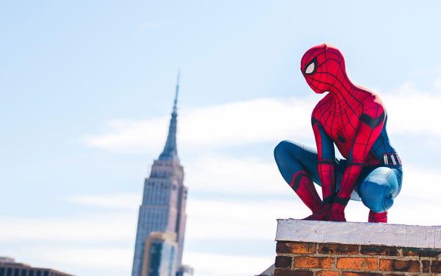 Косплей Человека-паука возвращается домой