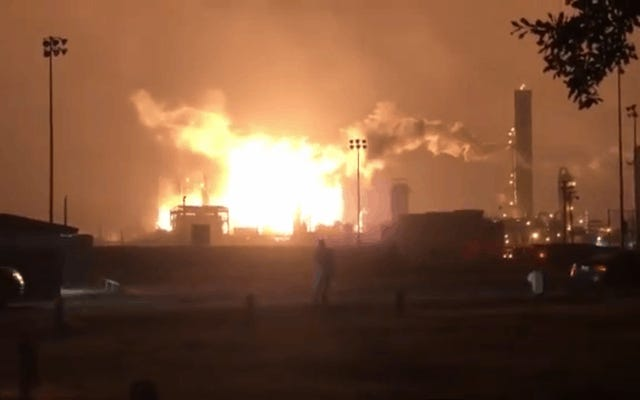 テキサス化学工場での大爆発は何マイルも離れて感じ、近くの家に損害を与えた