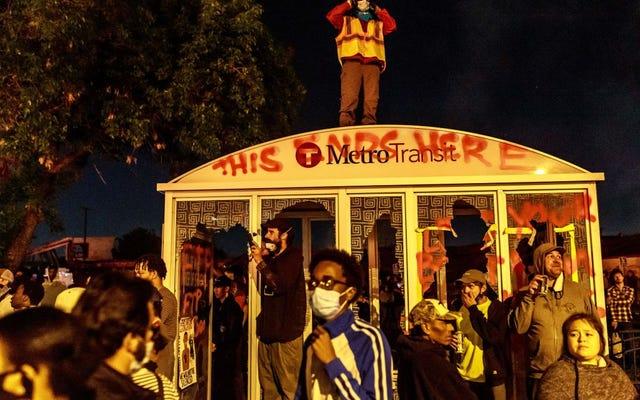 मिनियापोलिस और न्यूयॉर्क बस ड्राइवर पुलिस के लिए खड़े हो गए, जॉर्ज फ्लॉयड प्रदर्शनकारियों को जेल तक पहुंचाने से इनकार कर दिया