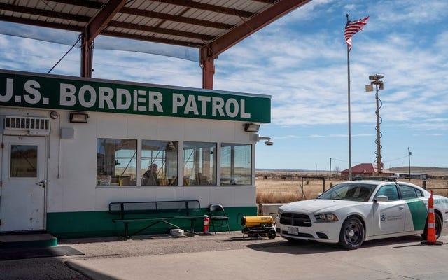 Secondo ACLU, la polizia di frontiera ha costretto un richiedente asilo a partorire mentre stringeva il bidone della spazzatura