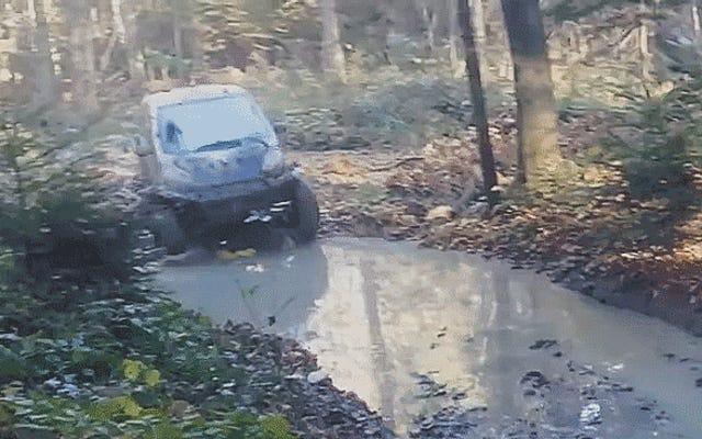この泥だらけのスマートカーはあなたの持ち上げられたピックアップを恥じさせる