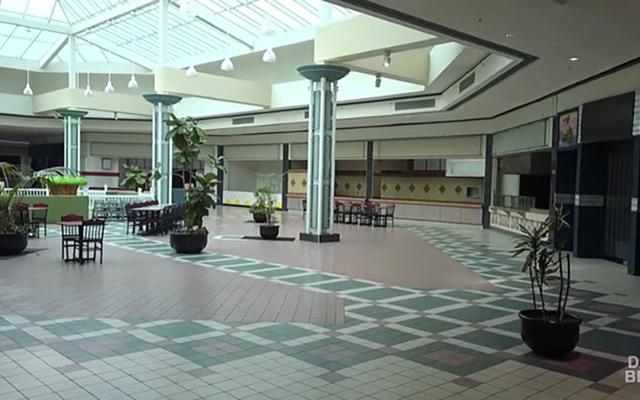 अमेरिका के मरने वाले मॉल का एक अजीब सम्मोहित करने वाला दौरा करें