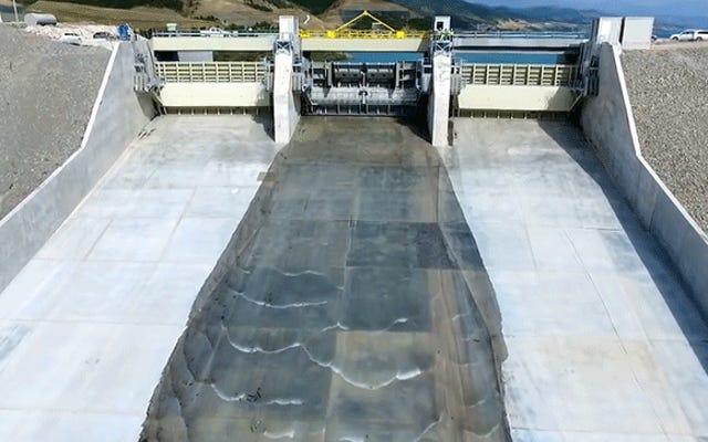 このダムが初めて放水路を開くので、落ち着いてあなたを洗い流してください
