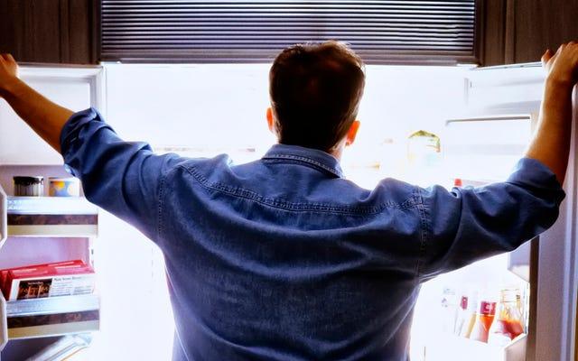 आदमी फ्रिज के खुले दरवाजे को फेंकता है, जैसे सामंती भगवान प्रवेश कर रहे हैं