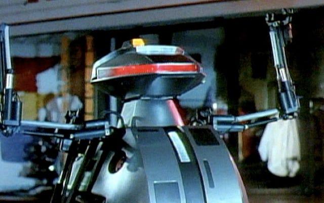 कल्ट मूवी चॉपिंग मॉल के सेट पर किलर रोबोट पूरी तरह से पेशेवर थे