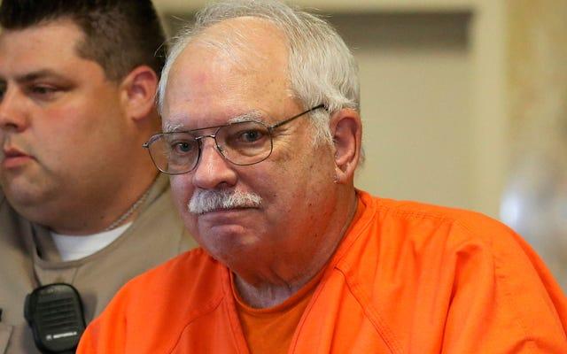 仮釈放の明らかな違反でバーで飲酒を捕まえた非武装の黒人男性を殺害した罪で有罪判決を受けた元警官