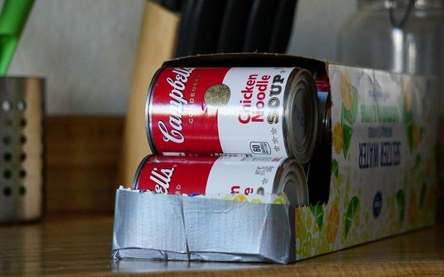 आसान डिब्बाबंद खाद्य भंडारण के लिए एक सोडा बॉक्स का उपयोग करें