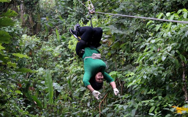 私はジャングルを逆さまに飛んで、黒人がアウトドアをしていることを証明しました