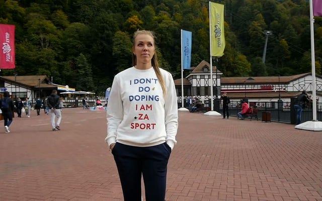 ドーピングで逮捕された「ドーピングをしない」シャツを着たロシアのアスリート