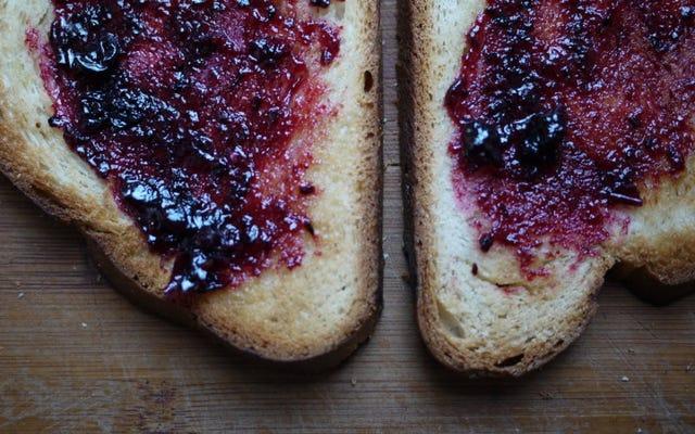 新鮮な一斤をスライスしてから冷凍することで、利便性を犠牲にすることなく最高のパンを手に入れましょう