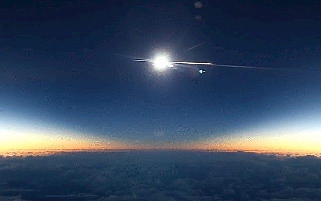 Écoutez un astronome perdre la raison en regardant une éclipse depuis un avion
