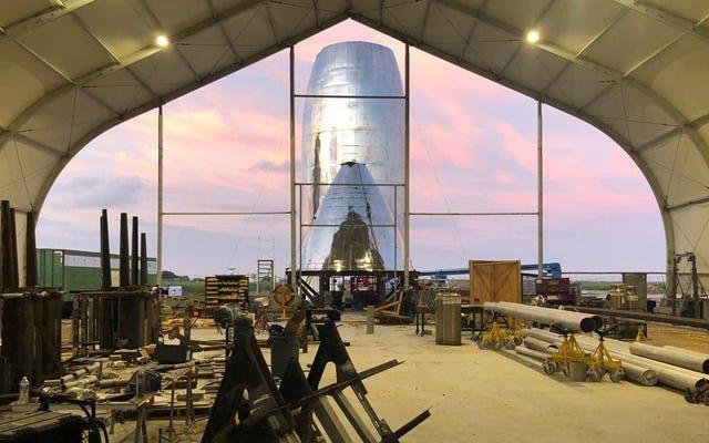 Elon Muskが、建設中のStarshipロケットの2枚の新しい写真を投稿します