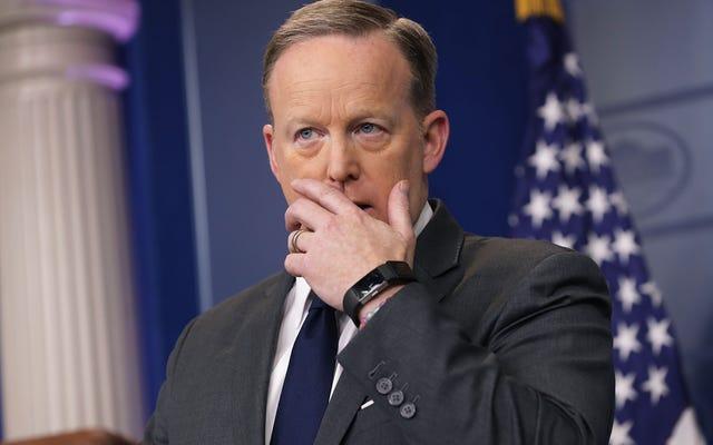 Sean 'Baharatlı Gerçekler' Spicer Bir Tweeti Karıştırmak İçin Yeterince Uzun Sürede Ortaya Çıkıyor ve Sonra Saklanmaya Geri Dönüyor