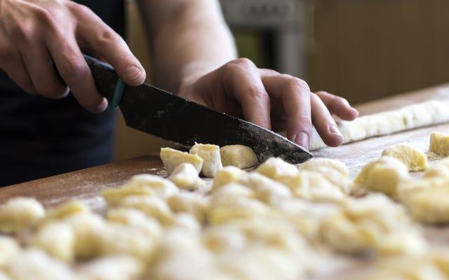लेफ्टओवर मसले हुए आलू के साथ त्वरित और आसान 'ग्नोच्ची' बनाएं