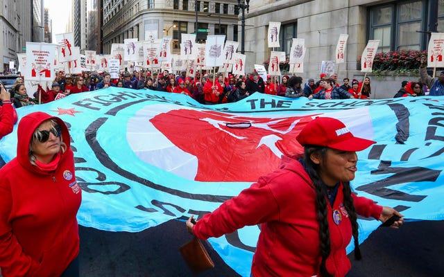 「私たちは失敗のために子供たちを準備しています」:シカゴの教師と一緒に旗を掲げる