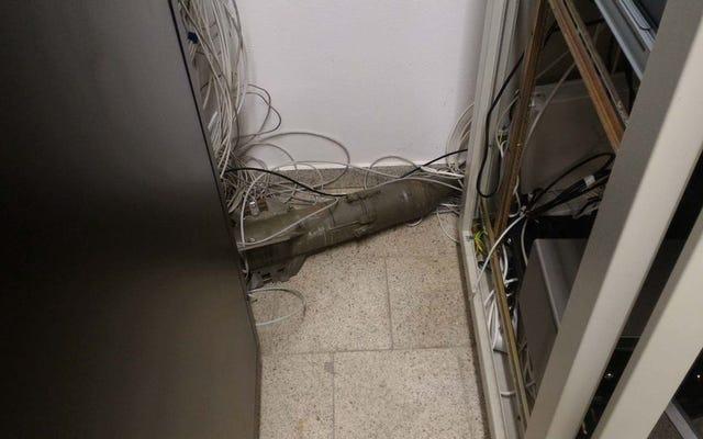 サーバールームでソビエトのミサイルを見つけ、建物の避難について語り、インターネットをだます