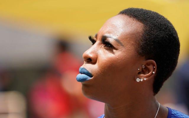 パンナム競技大会の国歌で、米国のハンマー投げ選手のグウェンベリーが拳を上げる。米国のフェンサーはひざまずく