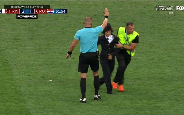 フィールドの馬鹿はワールドカップ決勝を混乱させます。プッシー・ライオットが責任を主張