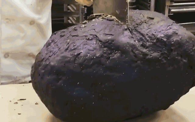 हमारी सबसे बड़ी भूवैज्ञानिक खोज यह चॉकलेट बोल्डर है जिसके अंदर खाने योग्य कैंडी जियोड्स हैं