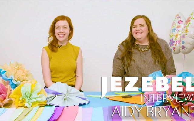 私たちはエイディ・ブライアントにインタビューしました、そして彼女はとても面白かったので彼女は私たちのセットを爆発させました