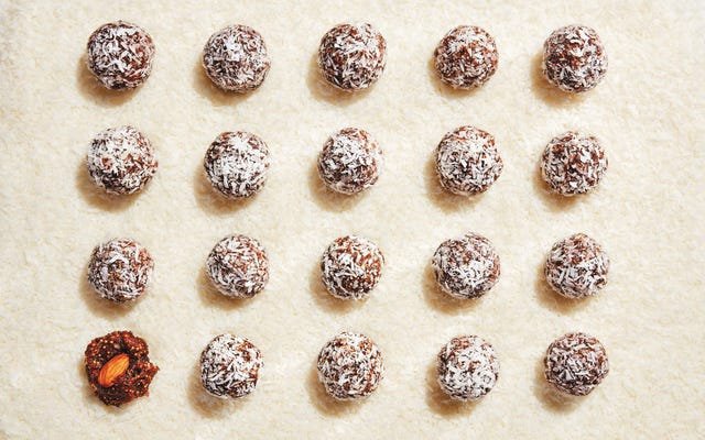 Les boules de neige aux figues et aux dates font le cadeau comestible parfait