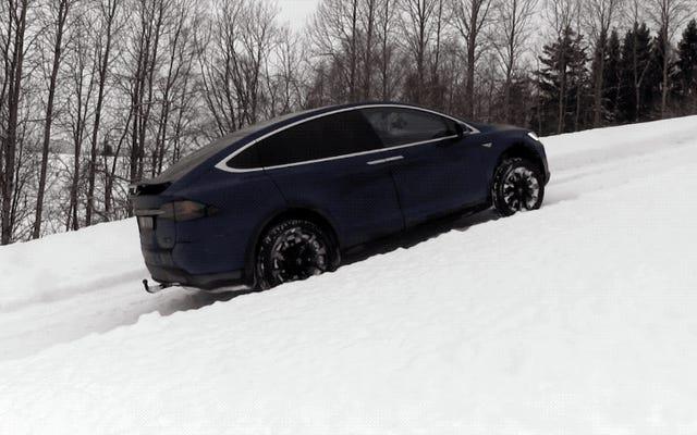 テスラモデルXは、完全に雪に覆われた斜面を登ることで、ハマーH2よりも優れています。