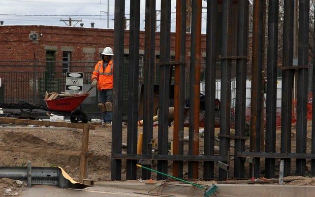 トランプ大統領の国境の壁が飲酒検知器を拒否、転倒した後の野外飲酒テスト
