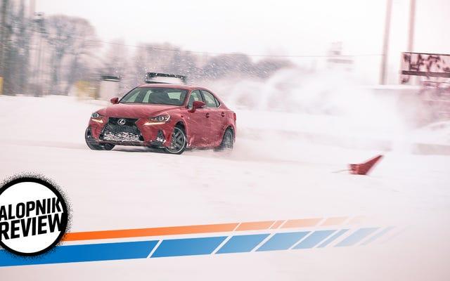El Lexus IS 200T 2017 es mucho mejor que un 'caza Serie 3'