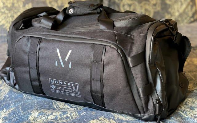 Realizzate con 100 bottiglie di plastica riciclate, le borse della serie Settra di Monarc portano la sostenibilità sulla strada
