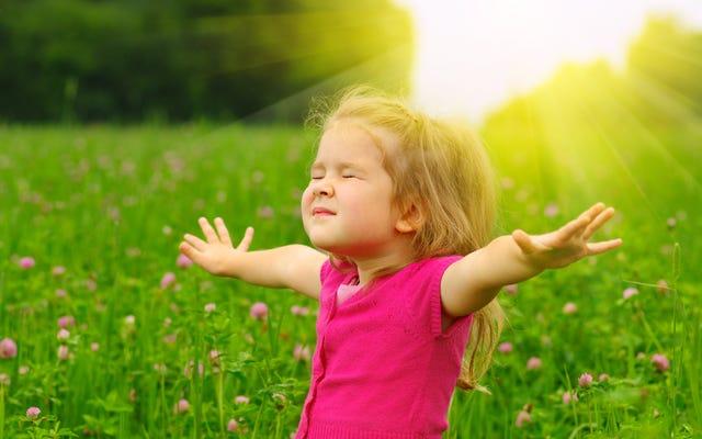 Pratiquez la pleine conscience avec vos enfants en faisant semblant d'être des arbres