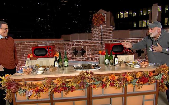 スティーブン・コルベールとシェフのホセ・アンドレは、毎年恒例の感謝祭の料理を屋上から行っています