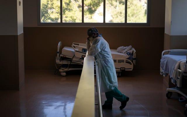 1,971人のアメリカ人が木曜日にCovid-19で死亡、米国が毎日の症例の記録を樹立