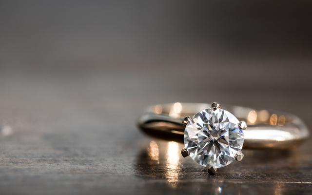 今すぐ新しい婚約指輪に保険をかけましょう